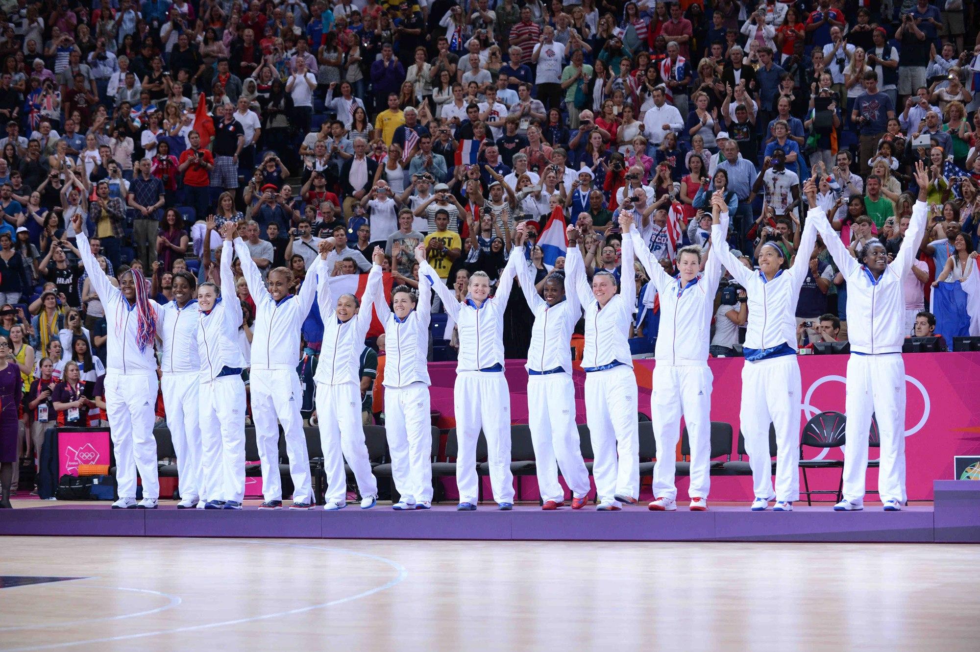 Les Bleues reçoivent leur médaille d'argent au JO 2012 de Londres (Crédit photo : FFBB)