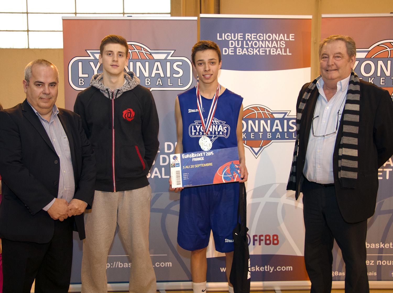 De gauche à droite : Jean-Pierre Gomez (président de la Ligue du Lyonnais), Timothé Vergiat (passé par le Pôle Espoirs), Bastien Manissol (gagnant du Challenge) et Noël Grange (Président du Comité de la Loire)
