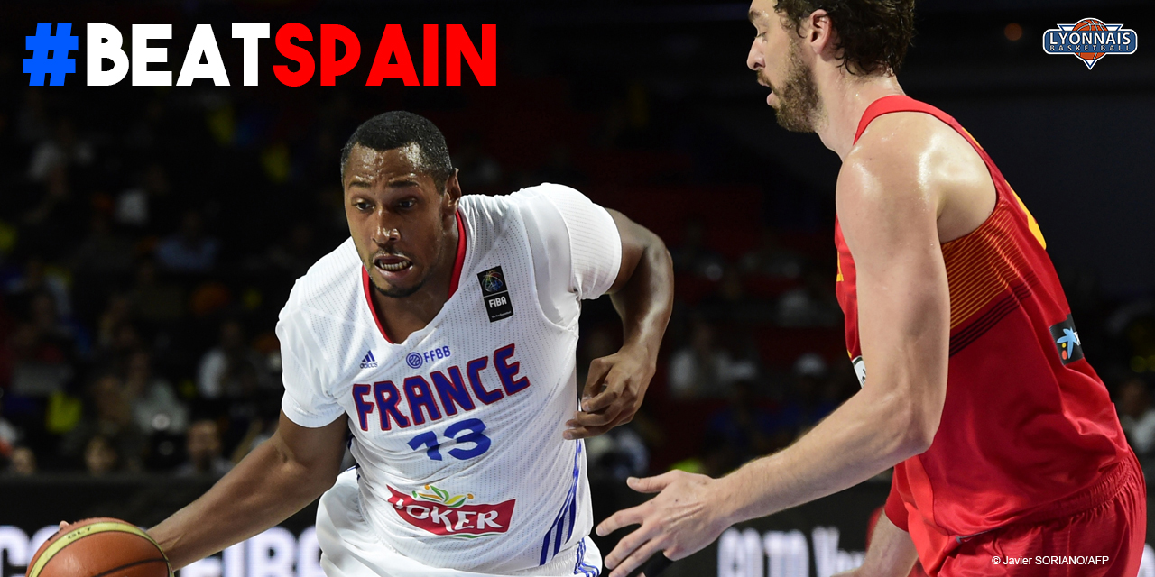 France's forward Boris Diaw (L) vies with Spain's forward Pau Gasol during the 2014 FIBA World basketball championships quarter-final match France vs Spain at the Palacio de los Deportes in Madrid on September 10, 2014. AFP PHOTO / JAVIER SORIANO